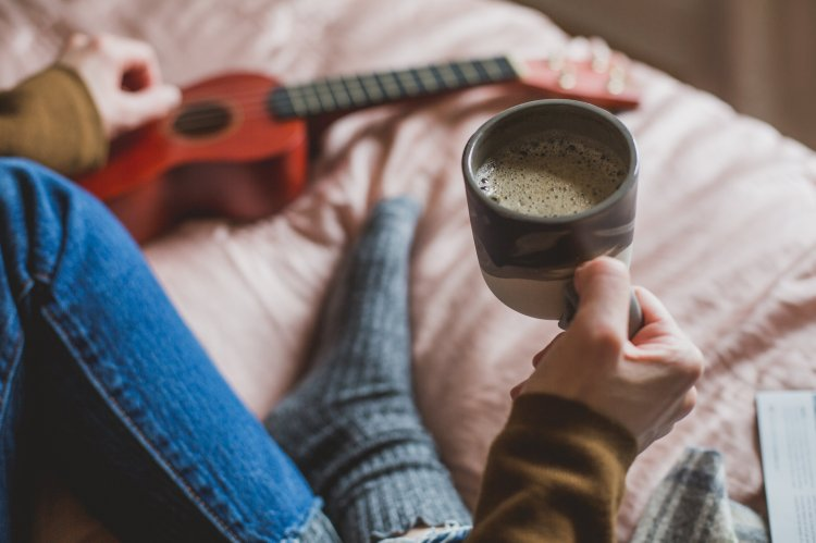 holding-coffee-in-bed